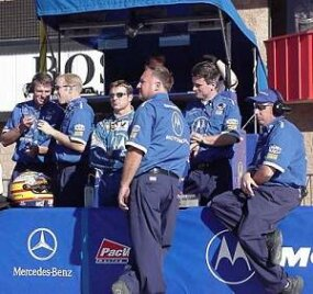 标记 Blundell talking with the team before a race