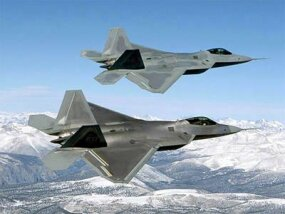 的 F-22 Raptor, the F-15's high-tech replacement