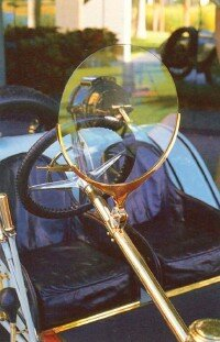 A monocle windshield on the Mercer Raceabout did little to protect the driver from the elements; goggles were highly recommended.