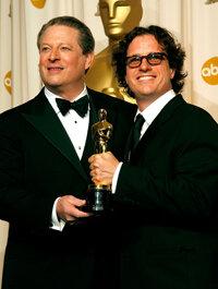 """前副总统戈尔在2006年凭借纪录片《难以忽视的真相》获得奥斯卡奖后与导演戴维斯·古根海姆合影。1999年,戈尔被指责夸大了他在互联网创建中的作用。""""border="""