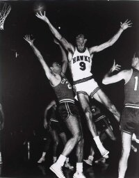 Bob Pettit used sheer determination                              to score many of his 20,880 points.                                            See more pictures of basketball.