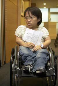 Lin Chun-chieh has osteogenesis imperfecta (OI), or brittle-bone disorder. At a press conference in Taipei, she tells reporters how she overcomes difficulties.