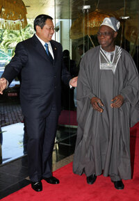Indonesian President Susilo Bambang Yudhoyono (left) greets Nigerian President Olusegun Obasanjo as they meet to discuss the future of developing nations. The economic growth of those nations is one reason to invest in an international stock fund.