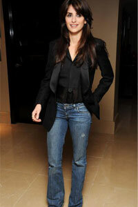 Penelope Cruz (who happens to be 36) manages to look fresh, chic and casual all at once in this great ensemble.