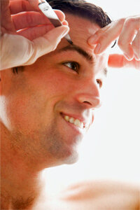 That's right. Guys need tweezers, too. This man uses a pair of tweezers with a wider grip to groom his eyebrows.