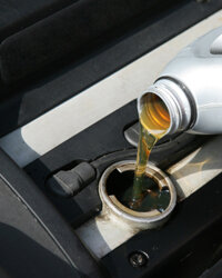 Oil changes its viscosity with temperature and the single viscosity rating only represents the flow of oil when it's warm.