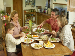 What are the benefits of family dinner time?