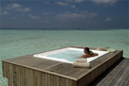 How are spa tubs cleaned between treatments?