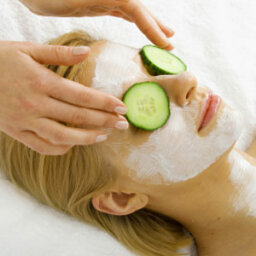 Are cucumbers a natural moisturizer for eyes?