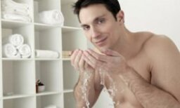 Is there a men's cleanser that provides refreshment without drying skin?