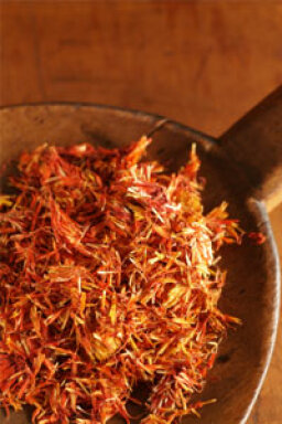 How does safflower oil benefit skin?