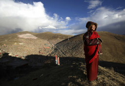 How do Tibetans avoid altitude sickness?