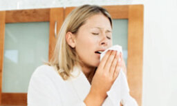What are some dust allergy symptoms?