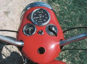 The Speed Twin carried a speedometer, ammeter, and light switch in the headlight bezel.