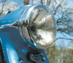 The headlamp was housed in a streamlined nacelle that tapered into telescopic front forks.