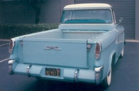 Like the Cameo Carrier, the Suburban Pickup had special fiberglass rear fenders mounted to the sides of a stock cargo bed. Lamps and trim were common.