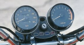 The Z-1's tachometer, on the right, shows a 9000-rpm redline, considered stratospheric for an early-1970s street bike.