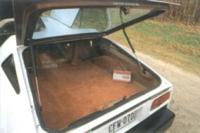 The cargo area of the 1974 SV-1 was fairly large, but shallow.