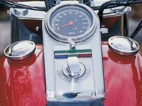 The tank-mounted instrument panel is standard Harley practice.