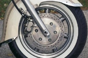 Large brake discs hide seven-spoke cast wheels.