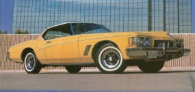 Up front, the 1973 Riviera featured a horizontal-bar grille and a five-mph crash bumper mandated by the feds.