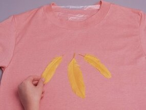 Arrange the feathers on the t-shirt.