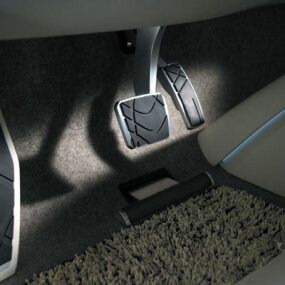 The accelerator is equipped with an adjustable heel support.