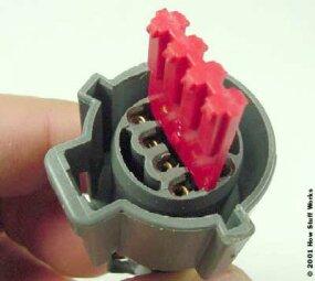 固定器将插针和插座固定到位。