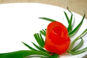 You can make this tomoto rose in just two simple steps.