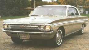 The 1962 Oldsmobile F-85 Jetfire's sidedraft single-barrel carburetor and turbo body were tucked neatly under a hood trimmed by twin windsplits.