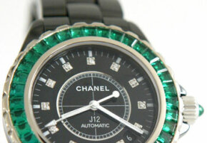 Will this quartz watch embellished with emeralds tell accurate time?