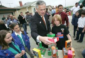 Girl Scouts Janice Olivieri and Sydney Lezberg sell cookies to Los Angeles Mayor James Hahn and his son Jackson on March 8, 2005.