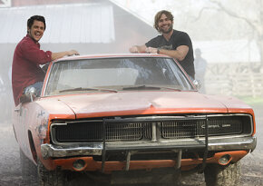 Johnny Knoxville and Seann William Scott as Luke and Bo Duke