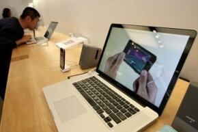 A customer looks at the new 17 inch MacBook Pro in an Apple store in 2009.