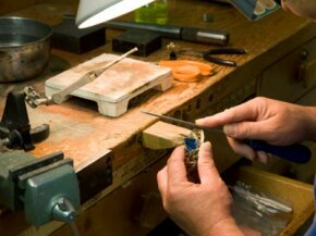 A workbench is a key instrument in any workspace whether it's for woodworking, gardening or just repairing household items.­