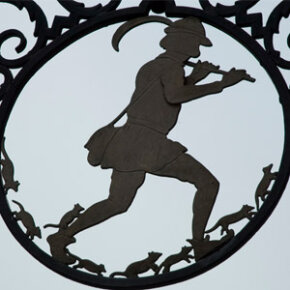 This metal frame depicting the piper sits outside the Hameln museum.