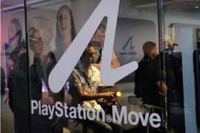Some gamers trying out the Move at E3. Note the glowing ball.