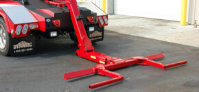 The hydraulic-powered stinger arm incorporates wheel cradles that support the tires from both sides.