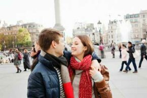 This photo of a young couple in Trafalgar Square captures their romance in a fun and interesting way.