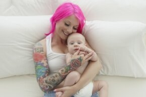 Breast-feeding moms can get tattoos, but there are some risks they should know about before they commit to getting inked.