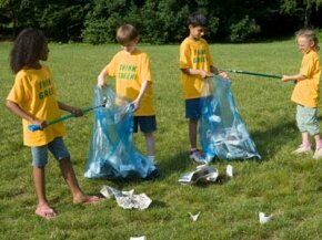 Community projects -- such as picking up litter -- make great volunteer opportunities for kids.