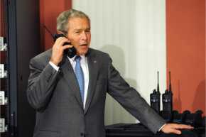"""美国总统乔治W.布什在全球技术公司的一场旅游期间发表伴侣谈话。乐动-软件""""border="""