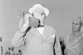 """1942年6月,英国首相温斯顿·丘吉尔在杰克逊堡访问期间用步话机发表讲话。""""border="""