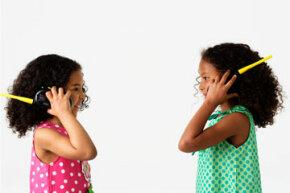 """儿童对讲机的基本部件与成年人使用的是一样的。""""border="""