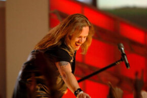 Johnny Van Zant shows e'm how it's done in 2005.