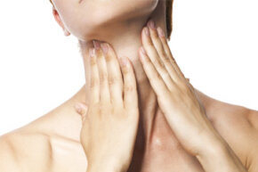 Men don't have a unique feature in their throats, it's just that the larynx is more prominent than in women.