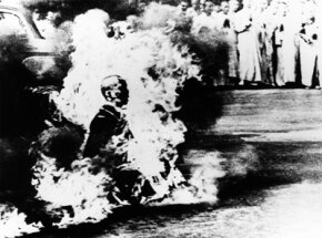 Burning alive, that's a pretty bad way to go -- which makes this Buddhist monks protest of the Vietnam War by publicly burning himself to death all the more significant. See more death pictures.