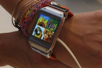 One of the biggest challenges to smart watch development is finding a way to conserve battery life while powering a beautiful screen.