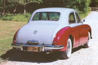 B Magnettes with the standard-width window offered less rear visibility than Varitones, but were cheaper and somewhat more popular.