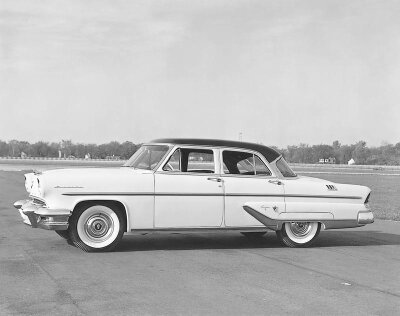 The 1955 Lincoln Capri featured a flat windshield despite the popularity of the wrapped windshield.